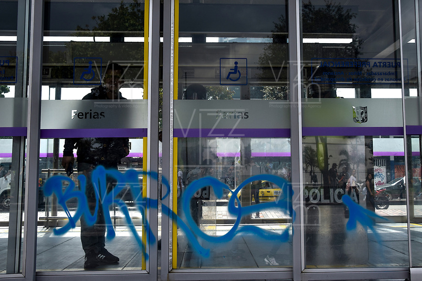 BOGOTA - COLOMBIA, 28-11-2018: Expresiones de protesta son pintadas en una estación de Transmilenio en Bogotá durante la jornada en donde miles de estudiantes nuevamente salen a protestar hoy, 28 de noviembre de 2018, contra el gobierno Duque por la falta de recursos en la educación. / Protest expressions are drws over Transmilenio in Bogota during the journey where thousands of student go to the streets to protest today, November 23, 2018, against the central goverment for the lack of bugdget to the education. Photo: VizzorImage / Nicolas Aleman / Cont