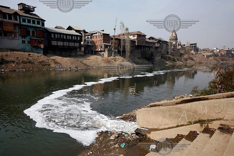 Sewage flowing into the Jehlum River (or Jhelum River). The river is polluted. Srinagar, Kashmir, India. © Fredrik Naumann/Felix Features