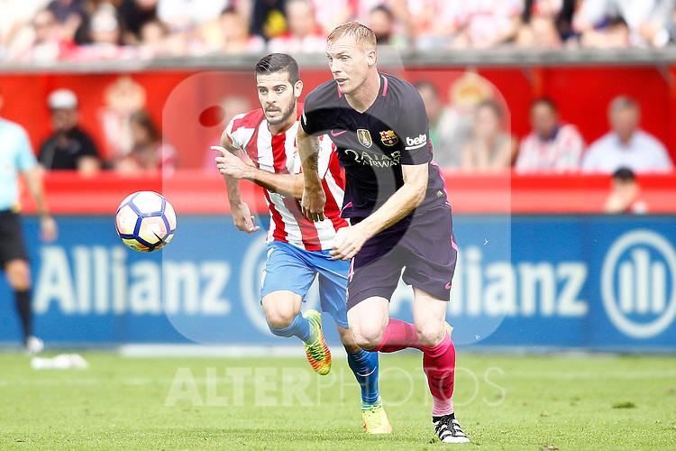 Sporting de Gijon's Moi Gomez (l) and FC Barcelona's Jeremy Mathieu during La Liga match. September 24,2016. (ALTERPHOTOS/Acero)