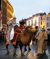 Nederland Den Bosch 2017-01-08.  Driekoningen viering. Optocht over de Markt.  ( Met behulp van Photoshop is een stuk schoorsteen verwijderd ).  Foto Berlinda van Dam / Hollandse Hoogte