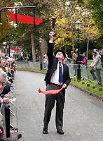 Nederland Alkmaar - 8 oktober 2018. Ringsteken in klederdracht in het Kennemerpark. Traditie tijdens Alkmaar Ontzet. De ring wordt geplaatst.  Foto Berlinda van Dam / Hollandse Hoogte