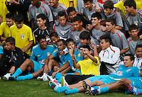 ATENÇÃO EDITOR: FOTO EMBARGADA PARA VEÍCULOS INTERNACIONAIS - COTIA,SP,05 SETEMBRO 2012 - TREINO SELEÇÃO BRASILEIRA -  Jogadores da Seleção tiram fotos com jogadores da base do São Paulo apos treino durante treino da seleção brasileira na tarde de hoje no CT do São Paulo em Cotia.FOTO ALE VIANNA - BRAZIL PHOTO PRESS.
