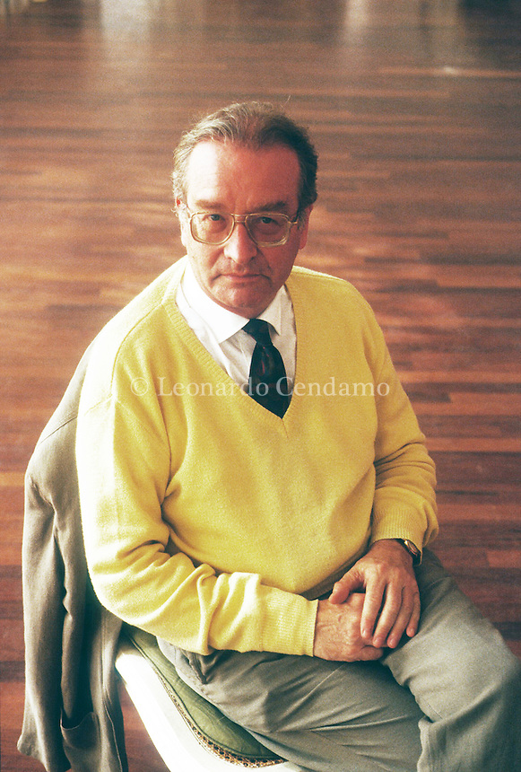 Michel Ciment è uno scrittore, giornalista e critico cinematografico francese. Ciment è direttore e membro del comitato di redazione della rivista Positif e collabora inoltre con Le Monde, L'Express e Sight & Sound. Ciment is a Chevalier of the Order of Merit, Chevalier of the Legion of Honour, Officer in the Order of Arts and Letters, and the president of FIPRESCI. Venezia Lido, settembre 1991, Festival Internazionale del Cinema di Venezia. © Leonardo Cendamo