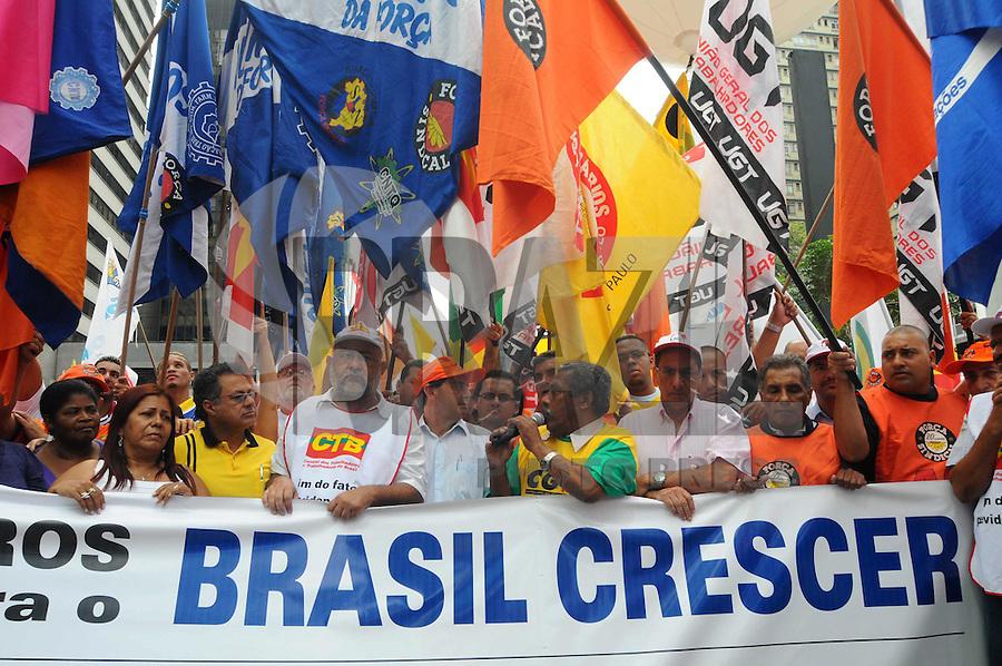 SAO PAULO, SP, 18 JANEIRO DE 2012 - PROTESTO CONTRA JUROS ALTOS - Central dos Trabalhadores e Trabalhadoras do Brasil (CTB), em conjunto com outras centrais,realiza ato para protestar contra os juros altos, em frente ao prédio do Banco Central em São Paulo, na Avenida Paulista. (FOTO: ADRIANO LIMA - NEWS FREE)
