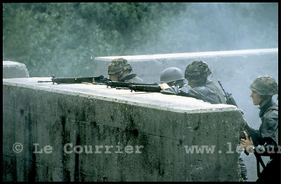 Isone-Tessin, septembre 1996.Caserne des grenadier, entraînement de combat tactique en zone urbaine..Military training of fight tactics in urban zone..© J.-P. Di Silvestro / Le Courrier