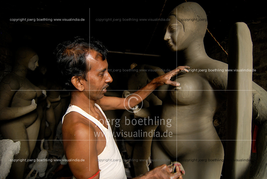 INDIA Westbengal Calcutta Kolkata, suburb Kumartuli, artist sculpture god idols like Saraswati from clay for religious Hindu festival / INDIEN Westbengalen Megacity Kalkutta, Kunsthandwerker im Stadtteil Kumartuli formen Hindu Goetterfiguren aus Lehm fuer religioese Hindu Feste