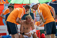 Moscow, Russia, 15 th July, 2016, Tennis,  Davis Cup Russia-Netherlands, Second rubber: Thiemo de Bakker (NED) is being treated for his shoulder by fysio Edwin Visser, captain Jan Siemerinkk is looking on<br /> Photo: Henk Koster/tennisimages.com