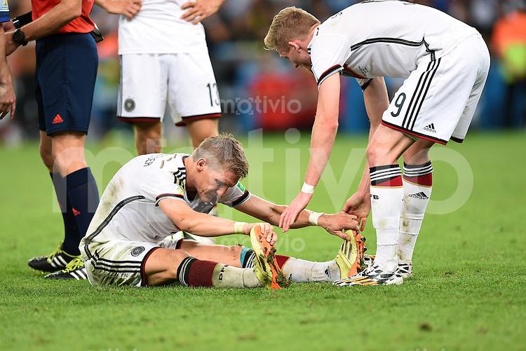FUSSBALL WM 2014                FINALE Deutschland - Argentinien     13.07.2014 Bastian Schweinsteiger (li) wird von Andre Schuerrle (re, Deutschland) entkrampft