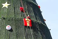 ATENCAO EDITOR: FOTO EMBARGADA PARA VEICULO INTERNACIONAL - SAO PAULO, SP, 06 DEZEMBRO 2012 - MONTAGEM ARVORE DE NATAL DO  IBIRAPUERA -  Operarios colocando os enfeites e concluindo a montagem da arvore de natal do Ibirapuera para a sua inauguracao no domingo dia 9 na zona sul da capital paulista nessa quinta, 06. (FOTO: LEVY RIBEIRO / BRAZIL PHOTO PRESS)....