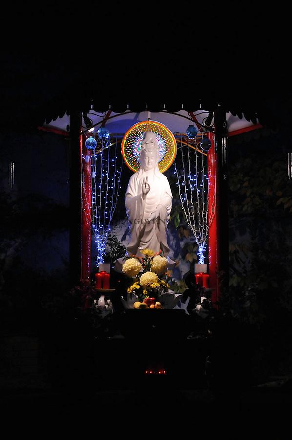 Bodhisattva Avoloteshvana est le bouddha de la compassion. Elle protège tous les être de la souffrance. Le deuxième. Sa fête est célébré le 19ème jour du deuxième mois lunaire au Vietnam.