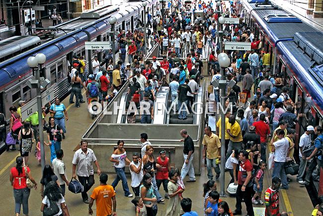 Transporte em trem da Companhia Paulista de Trens Metropolitanos. CPTM.  Estação da Luz. São Paulo. 2008. Foto de Juca Martins.