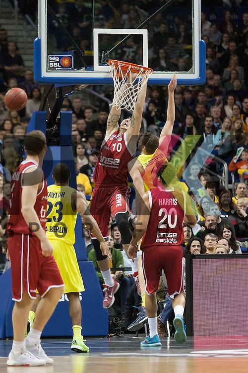 am Korb Bambergs Daniel Theis <br /> <br /> 12.12.15 BEKO BBL Basketball Bundesliga, ALBA Berlin - Brose Baskets Bamberg <br /> <br /> Foto &copy; PIX-Sportfotos *** Foto ist honorarpflichtig! *** Auf Anfrage in hoeherer Qualitaet/Aufloesung. Belegexemplar erbeten. Veroeffentlichung ausschliesslich fuer journalistisch-publizistische Zwecke. For editorial use only.