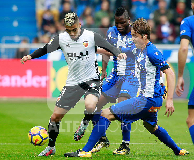 Deportivo Alaves' Wakaso Mubarak (c) and Tomas Pina (r) and Valencia CF's Andreas Pereira during La Liga match. October 28,2017. (ALTERPHOTOS/Acero)