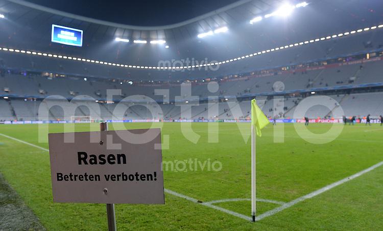 FUSSBALL  CHAMPIONS LEAGUE  VIERTELFINALE  HINSPIEL  2012/2013      FC Bayern Muenchen - Juventus Turin       02.04.2013 Schild mit der Aufschrift; Rasen betreten verboten! in der Muenchner Allianz Arena