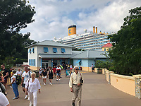 Touristen im Hafen Mahogany Bay auf Roatan mit Strandclub und Seilbahn - 01.02.2020: Roatan mit der Costa Luminosa