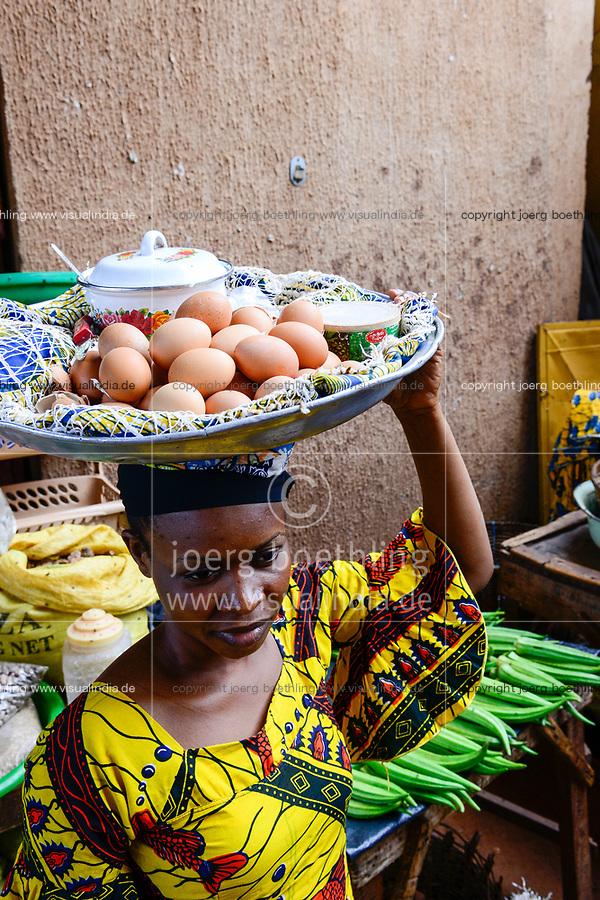 BURKINA FASO, Bobo Dioulasso, Grande MARCHE, woman sells eggs / Grosser Markt, Verkauf von Eiern