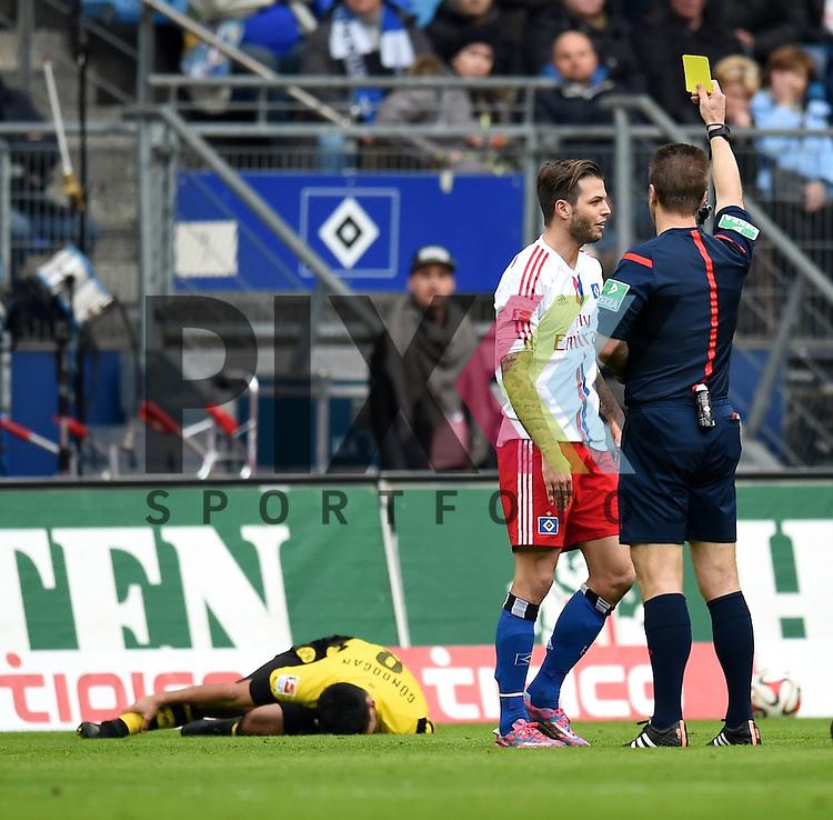 Diekmeier Dennis (HSV) bekommt Gelb von Gagelmann Peter Schiri (Bremen) am Boden Guendogan Ilkay (Dortmund) im Spiel der Bundesliga, Hamburger SV - Borussia Dortmund.<br /> <br /> Foto &copy; P-I-X.org *** Foto ist honorarpflichtig! *** Auf Anfrage in hoeherer Qualitaet/Aufloesung. Belegexemplar erbeten. Veroeffentlichung ausschliesslich fuer journalistisch-publizistische Zwecke. For editorial use only.