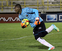 TUNJA -COLOMBIA, 18-10-2014. Jefferson Martinez arquero de Envigado FC en acción durante partido con Patriotas FC por la fecha 15 de la Liga Postobón II 2014 realizado en el estadio La Independencia en Tunja./ Jefferson Martinez goalkeeper of Envigado FC in action during match against Patriotas FC for the 15th date of Postobon League II 2014 at La Independencia stadium in Tunja. Photo: VizzorImage/César Melgarejo A/STR