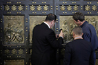 Inservienti del Vaticano sigillano la Porta Santa chiusa da Papa Francesco a conclusione del Giubileo della Misericordia, nella Basilica di San Pietro, Citta' del Vaticano, 20 novembre 2016.<br /> Vatican attendants seal the Holy Door closed by Pope Francis for the conclusion of the Jubilee of Mercy, in St. Peter's Basilica at the Vatican, 20 November 2016.<br /> UPDATE IMAGES PRESS /Donatella Giagnori - Pool<br /> <br /> STRICTLY ONLY FOR EDITORIAL USE