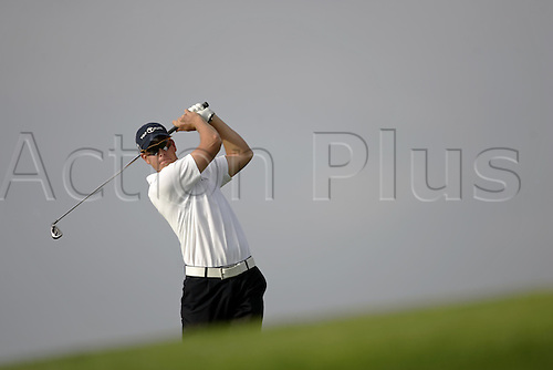 17 November 2005: Swedish golfer Henrik Stenson (SWE) watches his drive from the 2nd Tee during the first round of the 2005 World Golf Championships, Victoria Clube de Golfe, Vilamoura, Portugal. Photo: Glyn Kirk/Actionplus....051117 man men player