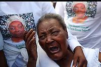 STO08. VILLA ALTAGRACIA (REPÚBLICA DOMINICANA), 07/12/2011.- Carmen, madre de la activista dominicana de ascendencia haitiana Sonia Pierre llora hoy, miércoles 7 de diciembre de 2011, durante el funeral en Villa Altagracia (República Dominicana). Pierre, fundadora del Movimiento de Mujeres Dominicanas y Haitianas, falleció el domingo pasado, a los 48 años, a causa de un infarto fulminante. EFE/Orlando Barría..