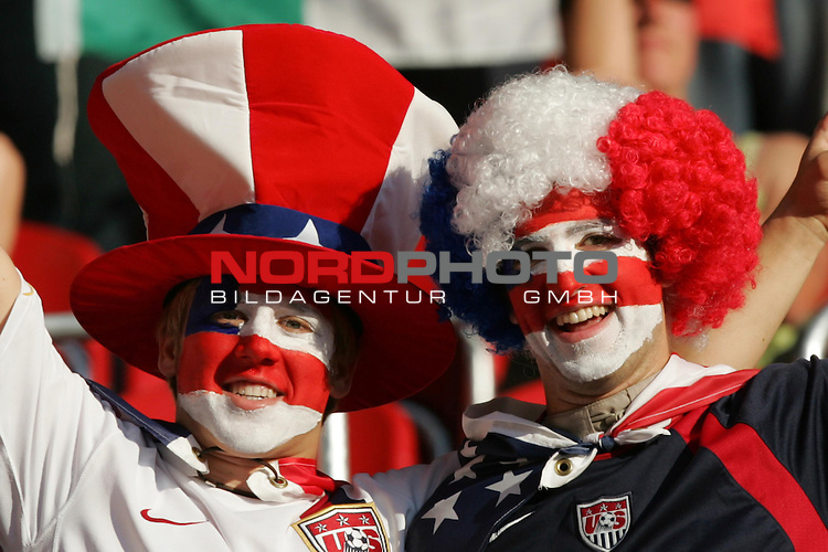 FIFA WM 2006 -  Gruppe E Vorrunde ( Group E )<br /> Play   #25 (17-Jun) - Italien - USA<br /> <br /> Zwei Fans aus USA mit Gesichtsbemalung und Kopfbedeckung (Per&uuml;cke und Hut) in den Landesfarben.<br /> <br /> Foto &copy; nordphoto