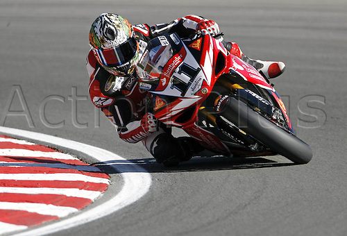 5 August 2007: Australian rider Troy Corser (AUS) riding his Yamaha at Brands Hatch in the Superbike World Championships. Photo: Leo Mason/actionplus...motorcycling 070805 SBK..