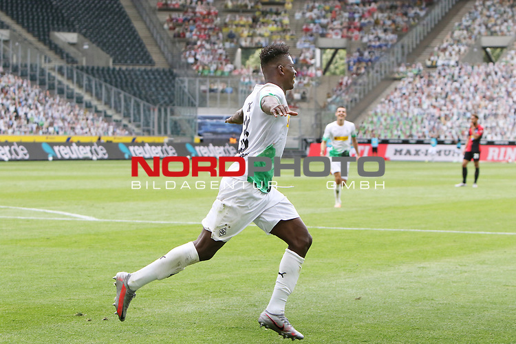 Gladbachs Breel Embolo (vorne) hat soeben zum 2:0 getroffen -<br />
