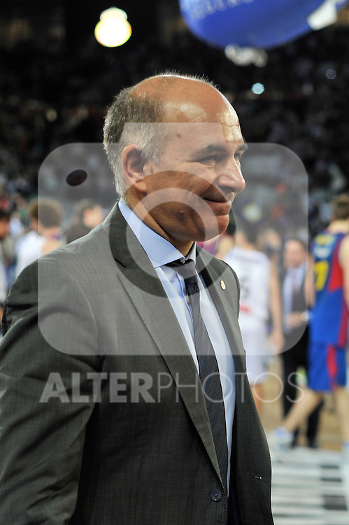 El entrenador del Real Madrid Mollin satisfecho y sonriente tras la victoria de su equipo.