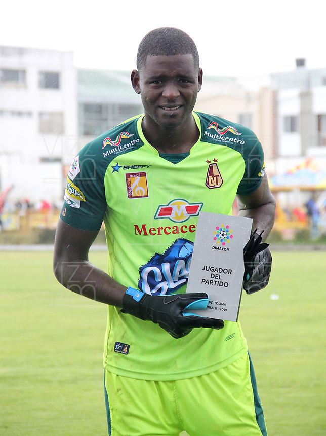IPIALES - COLOMBIA, 06-10-2019: William Cuesta arquero del Tolima recibe el premio al mejor jugador despupés del partido entre Deportivo Pasto y Deportes Tolima por la fecha 15 de la Liga Águila II 2018 jugado en el estadio Estadio Municipal de Ipiales. / William Cuesta goalkeeper of Tolima receives the best player prize after match for the date 15 as part of Aguila League II 2019 between Deportivo Pasto and Deportes Tolima played at Municipal stadium of Ipiales.  Photo: VizzorImage / Leonardo Castro / Cont