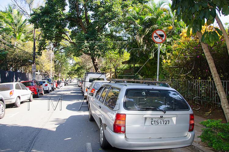 Rua com placa de proibido caminhões, São Paulo - SP, 07/2016.