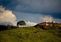 Jeceaba_MG, Brasil...Cruz em uma paisagem rural em Jeceaba...A cross in rural landscape in Jeceaba..Foto: JOAO MARCOS ROSA / NITRO