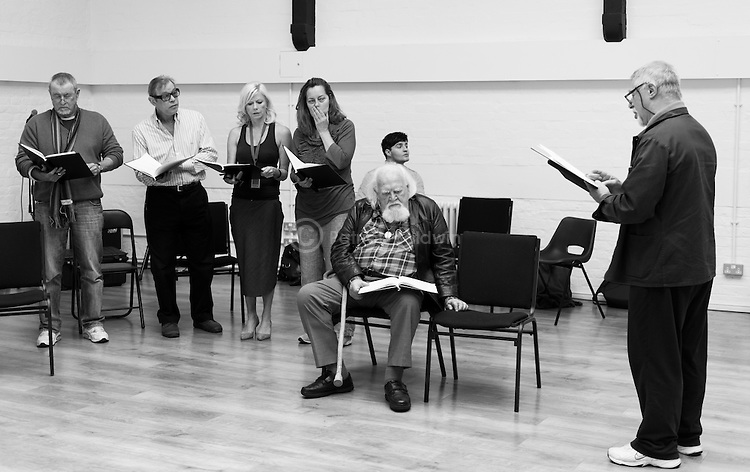 """King Lear"" rehearsed reading rehearsals. Old Vic Theatre. Director: Jonathan Miller. L to R: John Nettles, Michael York, Felicity Dean, Greta Scacchi, Joss Vantyler, Joss Ackland, (seated front), Barrie Rutter."
