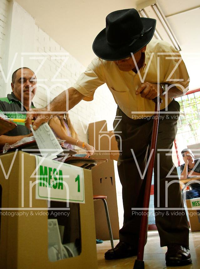 CALI -COLOMBIA. 25-05-2014. Un anciano deposita su voto en Cali durante la jornada de elecciones Presidenciales en en Colombia que se realizan hoy 25 de mayo de 2014 en todo el país./ Old man deposited his vote in Cali during the day of Presidential elections in Colombia that made today May 25, 2014 across the country. Photo: VizzorImage / Juan C Quintero /Str