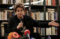 LISBOA, PORTUGAL, 14.03.2017 - DILMA-ROUSSEFF - A ex presidente do Brasil, Dilma Rousseff durante coletiva de imprensa na Fundação José Saramago em Lisboa, após palestra sobre Neoliberalismo, desigualdade, democracia na cidade de Lisboa em Portugal nesta terça-feira, 14. (Foto: Libia Líbia Florentino/ Brazil Photo Press)