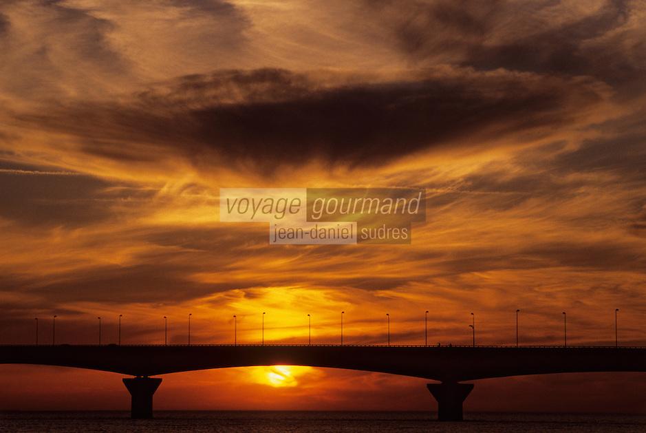 Europe/France/Poitou-Charentes/17/Charente-Maritime/Ile de Ré: Le pont de l'Ile de Ré au soleil couchant