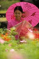 """Asie/Thaïlande/Env de Chiang Mai : Réception à la """"Mae Sa Valley Resort"""" - Mlle Tuene Jai cueille des fleurs pour la décoration de la table et confectionner des colliers pour les invités"""