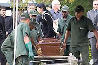 SAO PAULO, SP - 05.05.2015 - VELÓRIO-ESTUDANTE - O corpo de Jordi Fores, 27, foi velado e enterrado no cemitério do Congonhas na tarde desta terça-feira (5), na zona sul da capital paulista, o universitário foi assassinado no fim da tarde de segunda-feira, 04 com três tiros no rosto em frente da faculdade onde ele estudava, no bairro do Campo Grande, na Zona Sul de São Paulo o motivo do assassinato ainda está sendo investigado pelo 99DP. (Foto: Fabricio Bomjardim / Brazil Photo Press)