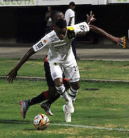 CUCUTA - COLOMBIA - 06 - 09 -2015: Jefferson Murillo (Izq.) jugador de Cucuta Deportivo disputa el balón con Jeison Palacio (Der.) jugador de Alianza Petrolera, durante partido entre Cucuta Deportivo y Alianza Petrolera, por la fecha 10 de la Liga Aguila II-2015, jugado en el estadio General Santander de la ciudad de Cucuta.  / Jefferson Murillo (L) player of Cucuta Deportivo vies for the ball with Jeison Palacio (R) player of Alianza Petrolera, during a match between Cucuta Deportivo and Alianza Petrolera, for the date 10 of the Liga Aguila II-2015 at the General Santander Stadium in Cucuta city, Photo: VizzorImage / Manuel Hernandez/ Cont. ( Mejor Calidad Disponible / Best Quality Available)