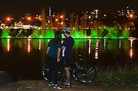 SÃO PAULO, SP, 21.08.2014 – 60 ANOS DO PARQUE IBIRAPUERA - Frquentadores acompanham a cerimônia de Parabéns aos 60 Anos do Parque Ibirapuera na noite desta quinta feira, na Fonte do Parque Ibirapuera em São Paulo. (Foto: Levi Bianco / Brazil Photo Press).