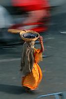 Asie/Inde/Rajasthan/Jaipur: femme indienne se rendant au marché prés Porte Tripolia