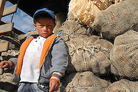 BOYACA -COLOMBIA- 21-10--2013.Ni–o hijo de cultivadores de papa.  Dignidad papera y agropecuaria', movimiento que lidero el paro agrario nacional en dias pasados, logro que el Gobierno comprara toda la papa de la produccion boyacense, para ubicarla en la poblacion mas vulnerable del pais, especialmente la que esta afectada por algun riesgo climatico, como en las zonas de Choco, San Andres, Magangue, Sincelejo y Florencia.  / Infant son of potato growers. Mumps and agricultural Dignity ', a movement that led the national agricultural strike in recent days, the government managed to buy all the potato production Boyaca, to place it in the country's most vulnerable population, particularly those who are affected by a climate risk and in areas of Choco, San Andres, Magangue, Sincelejo and Florence. .Photo: VizzorImage / Jose Miguel Palencia  / Stringer