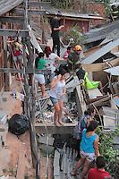 """OSASCO,SP, 04.08.2015 - ACIDENTE-SP - Desmoronamento de terra no bairro Jardim Baronesa, """"Comunidade do Sapo"""" destruiu pelo menos 30 casas na tarde desta terça-feira (08). Várias equipes do corpo de bombeiros estão no local à procura de possiveis Vítimas.(Foto : Marcio Ribeiro / Brazil Photo Press)"""