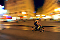KROATIEN, 09.2012, Zagreb. Fahrradfahrer bei Nacht im Zentrum. | Man riding a bicycle at night in the centre. © Oliver Bunic/EST&OST