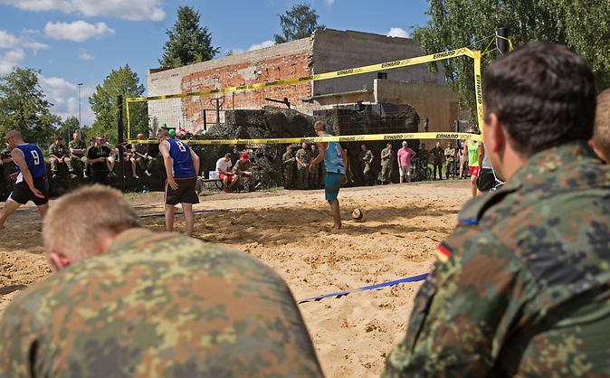 In der litauischen Kleinstadt Rukla ist ein Battlegroup der NATO unter dem Oberkommando der Bundeswehr stationiert. Bild: Bei der Einweihnung eines Volleyballfeldes im Sommer 2017 herrschte in der Stadt eine Volksfestatmosphäre.