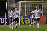 ATENÇÃO EDITOR: FOTO EMBARGADA PARA VEÍCULOS INTERNACIONAIS - SÃO PAULO, SP, 10 NOVEMBRO DE 2012 - CAMPEONATO BRASILEIRO - CORINTHIANS x CORITIBA: Chicão comemora gol durante partida Corinthians x Coritiba, válida pela 35ª rodada do Campeonato Brasileiro de 2012, em partida disputada no Estádio do Pacaembu em São Paulo. FOTO: LEVI BIANCO - BRAZIL PHOTO PRESS