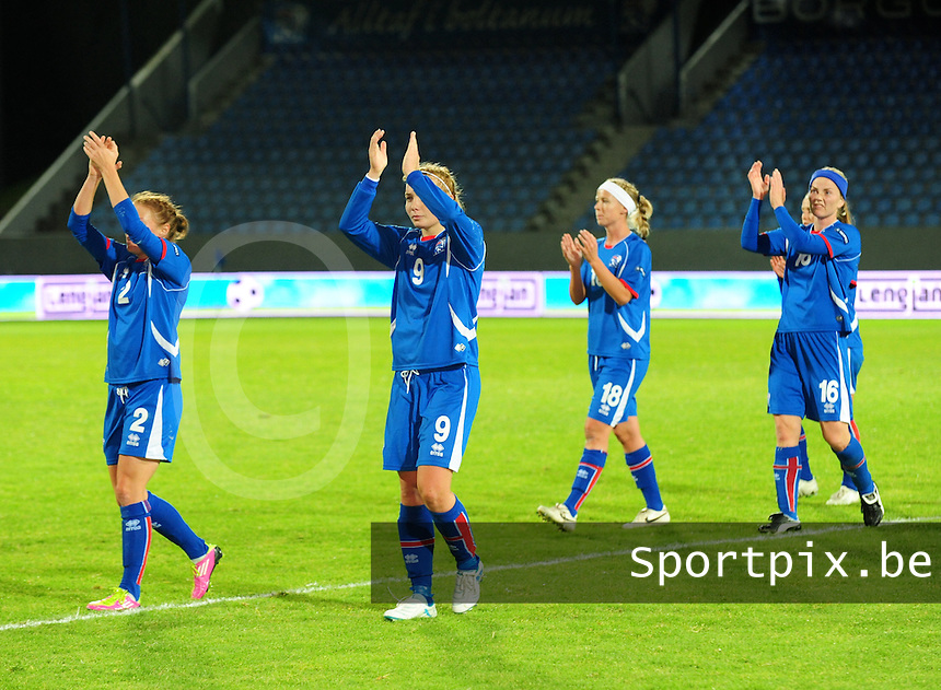 Iceland : UEFA Women's Euro Qualifying group stage (Group 3) - 21/09/2011 - 21:30CET (19:30 local time) - Laugardalsvöllur - Reykjavik : ICELAND (ijsland) - BELGIUM ( Belgie) : De Ijslandse meisjes groeten hun publiek na de wedstrijd.foto DAVID CATRY / Vrouwenteam.be