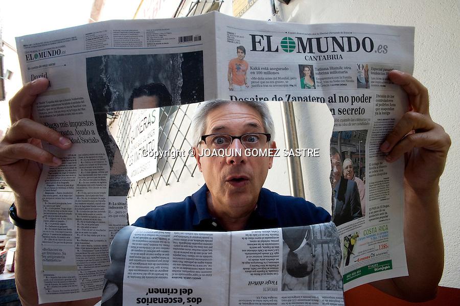 7 AGOSTO 2010 SANTANDER.El humorista Josema Yuste posa para la entrevista de Rabas con... en Casa Goria .foto © JOAQUIN GOMEZ SASTRE