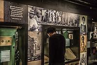 Washington- National Museum of African American History and Culture<br /> un ragazzo osserva le teche dedicate al periodo dello schiavismo