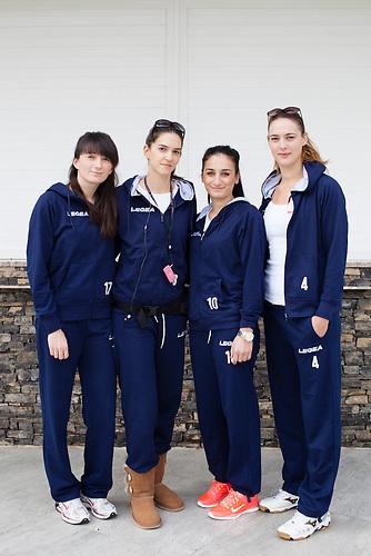 Eine Volleyball-Damenmanschaft aus Dubrovnik macht Station in Neum, bevor sie weiter in den Norden nach Rijeka (Kroatien) fahren. / A female volleyball team stops in Neum, bevor driving on to Rijeka (Croatia) in the north.<br />Der kleine Ort Neum liegt in Bosnien-Herzegovina und bildet den einzigen Zugang zum Meer des Balkanlandes. Auf einer Länge von 9 km durchschneidet der Ort das kroatische Staatsgebiet (Neum-Korridor) Seit dem EU-Beitritt Kroatiens ist Neum auf beiden Seiten von EU-Außengrenzen eingeschlossen. / The small city of Neum in Bosnia and Herzegovina is the only place in Bosnia, where the country has access to the adriatic sea. Over a length of 9 kilometers the area cuts Croatian territory in two pieces. Since Croatia became part of the European Union, the city of Neum is enclosed between two EU-boarders.